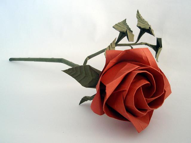 Сделать красивую розу из бумаги своими руками