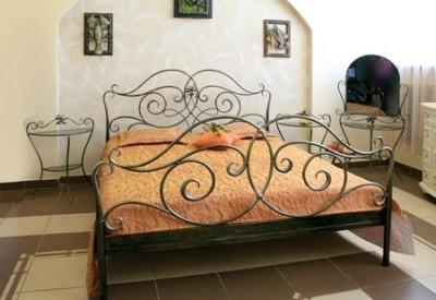 Интерьер с мебелью из кованого металла